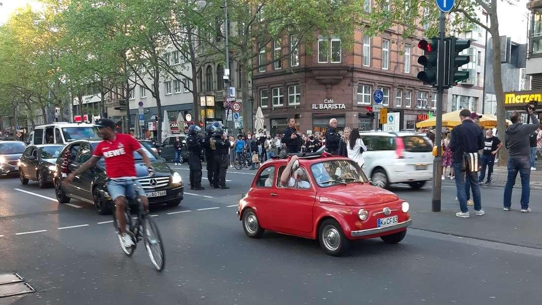 Fans des 1. FC Köln auf den Ringen. Ob mit Fahrrad oder Fiat: Ein bisschen Korso muss sein.
