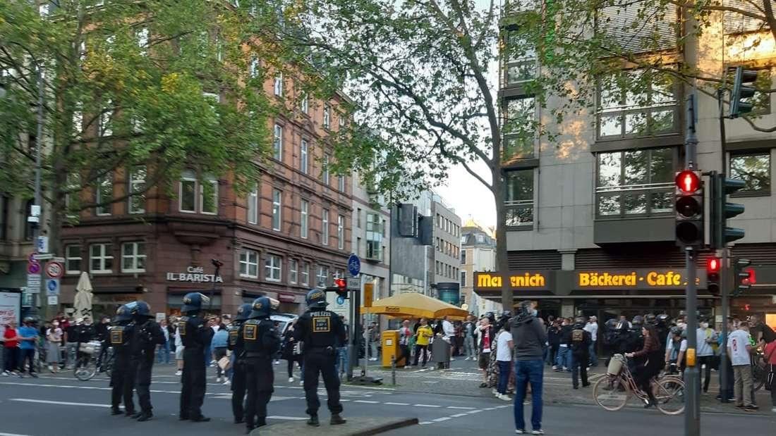 Kölner Ringe: Zu große Ansammlungen von Fans löste die Polizei auf.