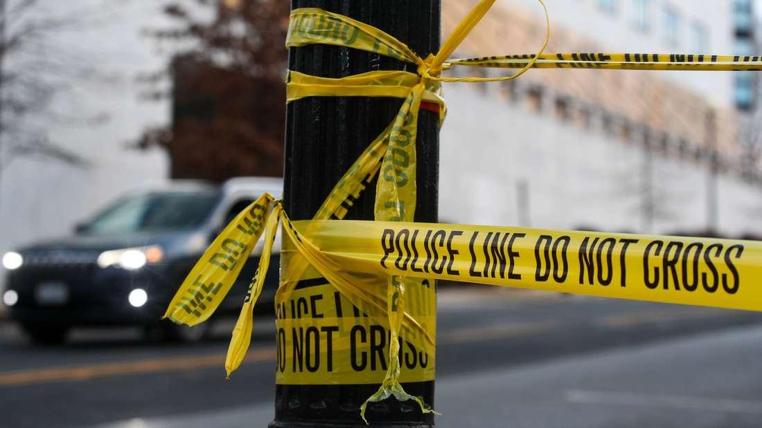 Ein gelbes Absperrband an einem Tatort in den USA