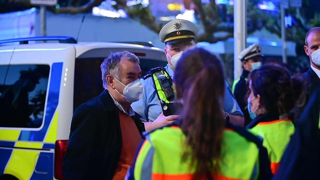 Herbert Reul, Innenminister von Nordrhein-Westfalen, spricht mit Polizisten.