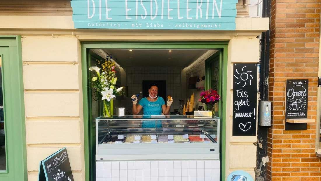 Neue Filiale der Eisdielerin in der Südstadt mit fröhlich guckender Miki Staffel hinter der Theke
