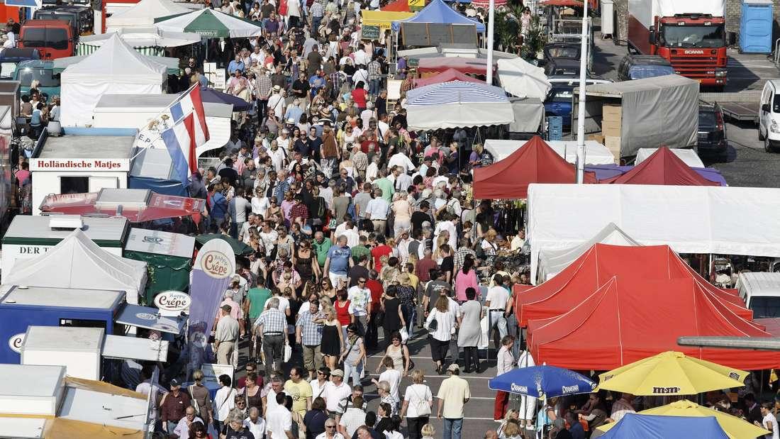 Menschenmassen zwischen Verkaufsständen des Düsseldorfer Fischmarktes