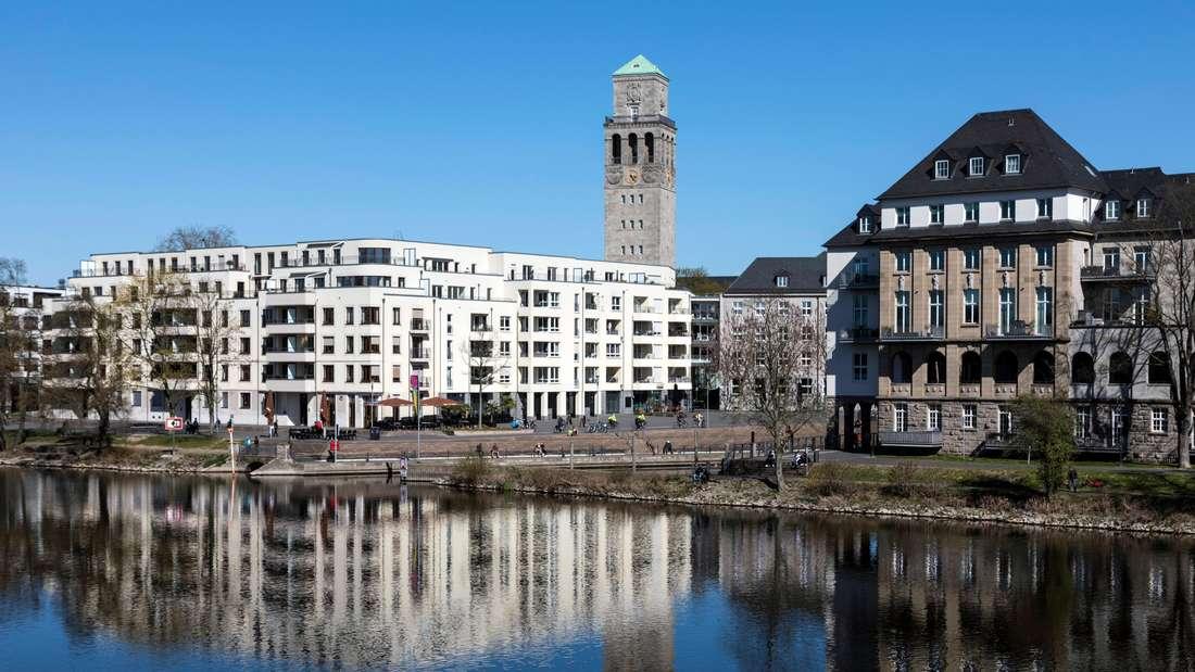 Ruhrpromenade im Stadthafen von Mülheim an der Ruhr, im Hintergrund der Rathausturm