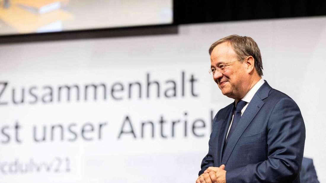 CDU-Chef Armin Laschet steht auf einer Bühne