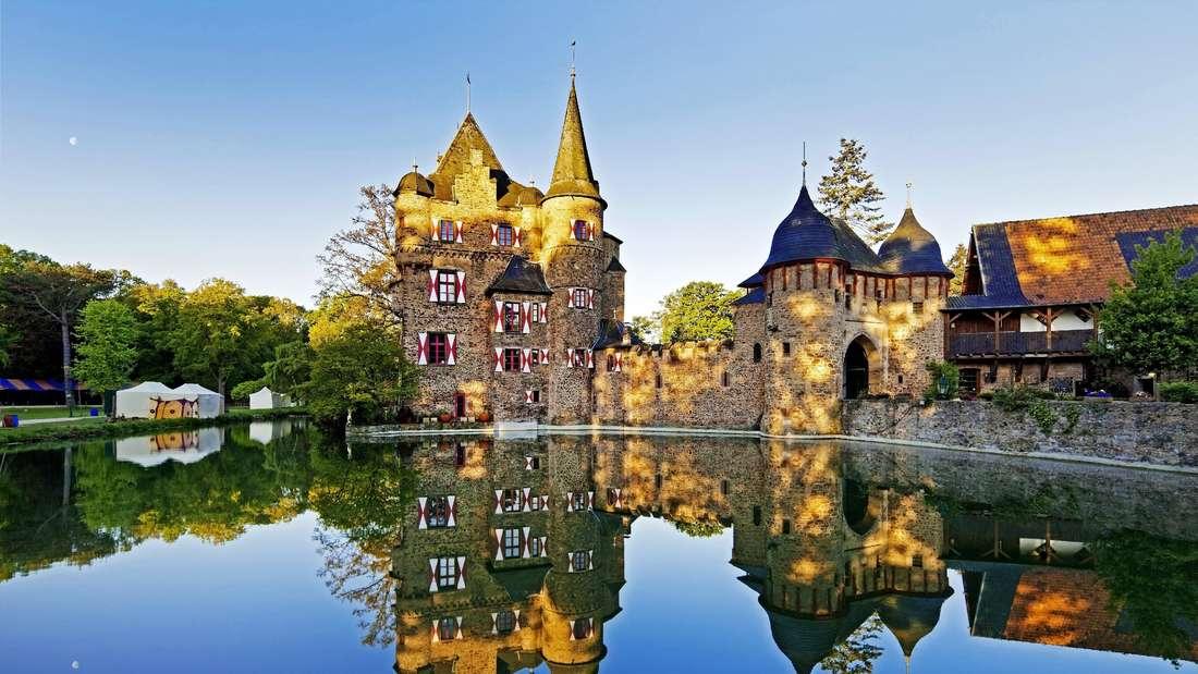 Die Burg Satzvey mit Wassergraben Deutschland Nordrhein Westfalen Eifel Mechernich Satzvey Castle