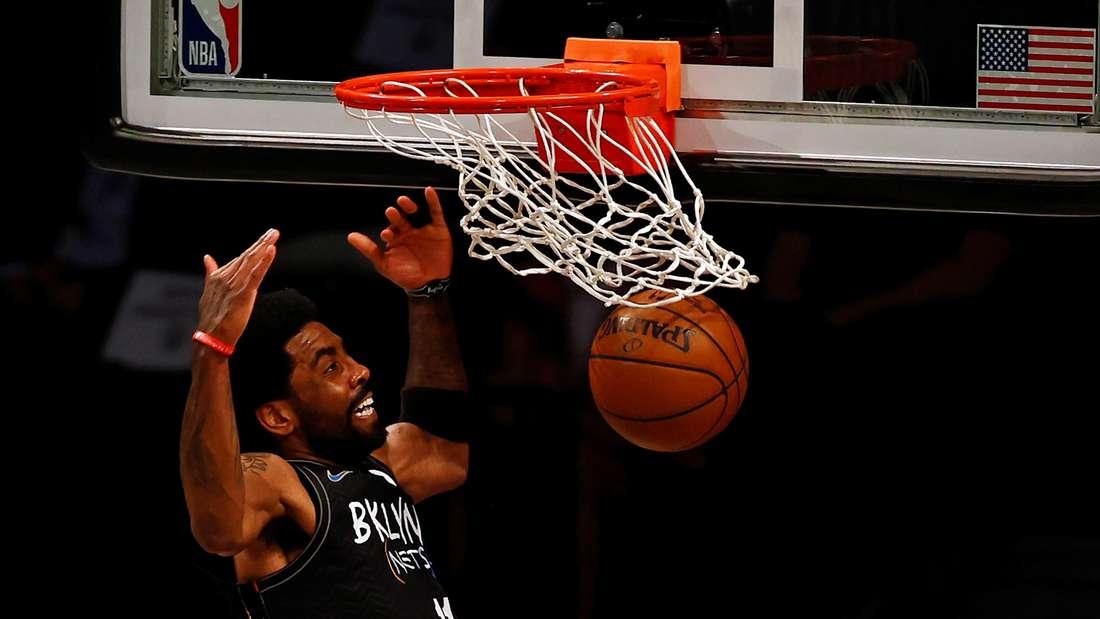 Brooklyn Nets Guard Kyrie Irving dunkt den Ball
