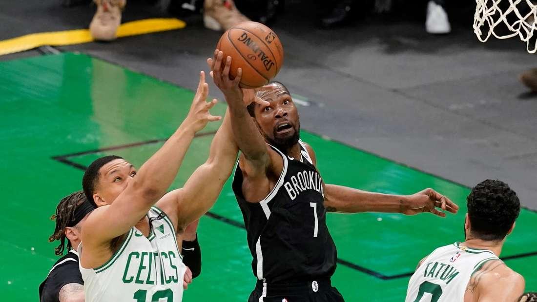 Kevin Durant von den Brooklyn Nets aus der NBA am Ball.