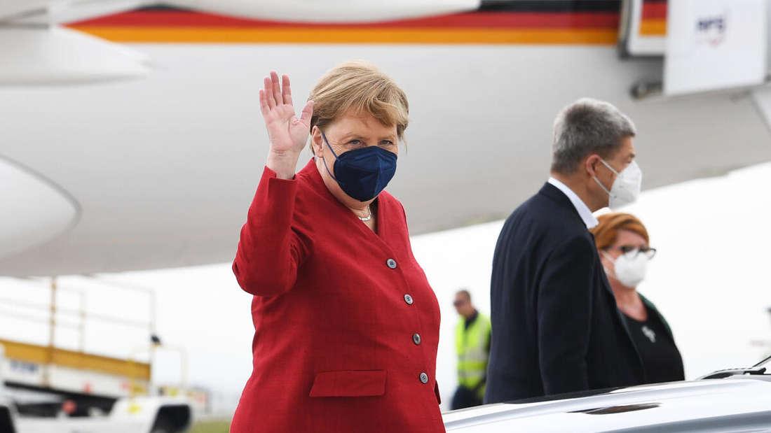Kanzlerin Angela Merkel (CDU) winkt bei der Ankunft zum G7-Gipfel auf dem Cornwall Airport Newquay.