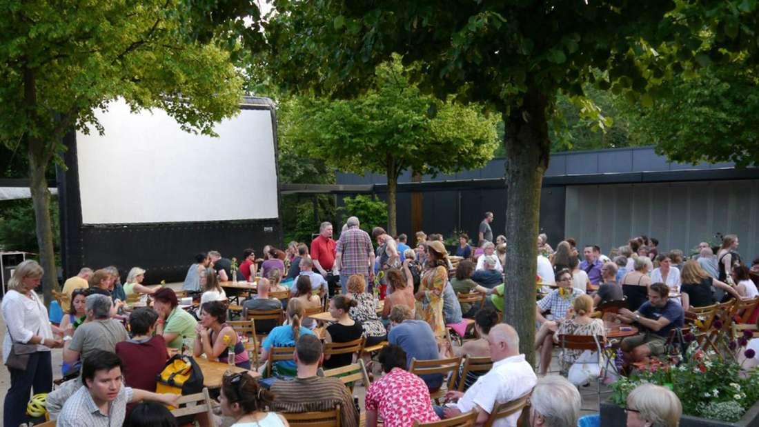 """Eine Film-Vorstellung im Open-Air-Kino """"Vier Linden"""" in Düsseldorf"""