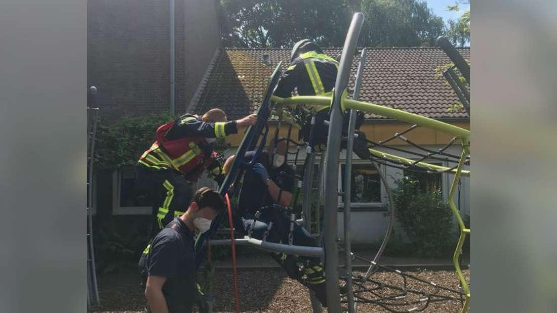 Die Langenfelder Feuerwehr befreit mithilfe eines Spreizers einen Jungen aus einem Klettergerüst.