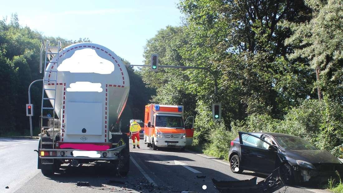 Die Unfallstelle in Mettmann mit Lkw, Pkw und Rettungswagen.