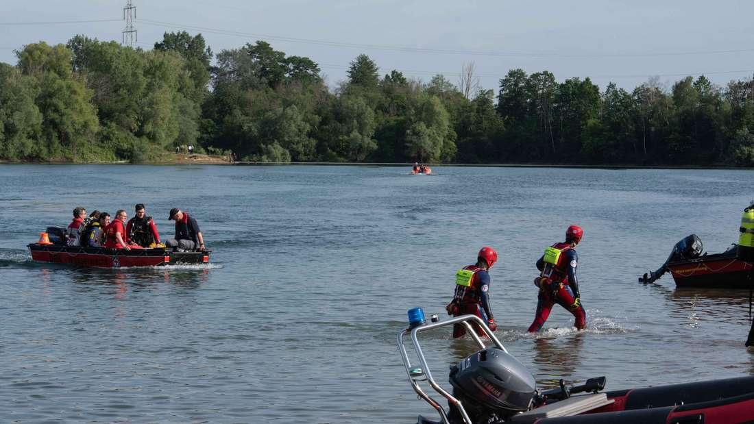 Einsatzkräfte von Feuerwehr und DLRG suchen im Rotter See nach einem vermissten Schwimmer.