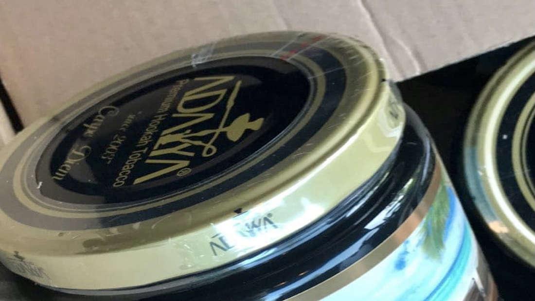 Wasserpfeifentabak wurde in einem Karton verstaut.