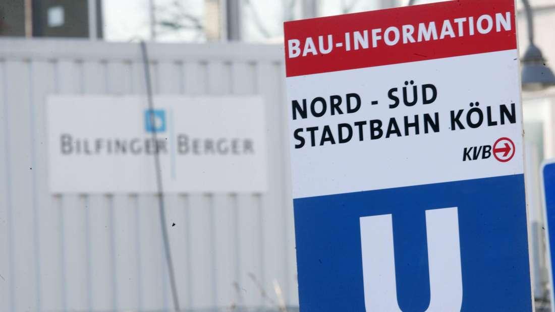 """Schild """"Bau-Information Nord-Süd-Stadtbahn"""" auf der Baustelle des Kölner Stadtarchivs"""