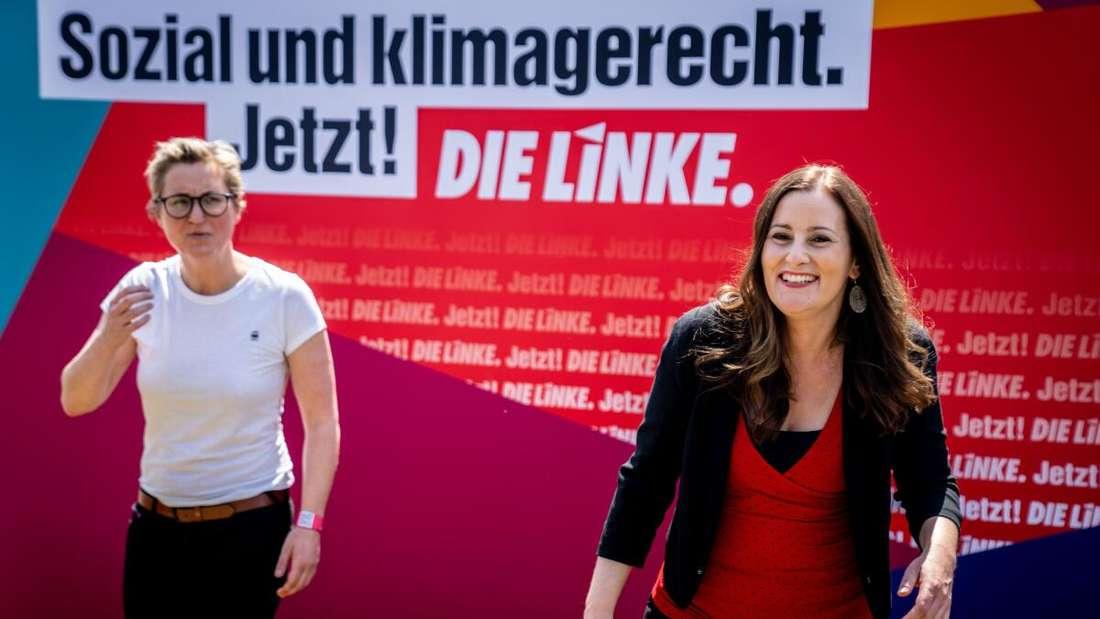 Janine Wissler (rechts), Spitzenkandidatin und Parteivorsitzende der Partei Die Linke, und Susanne Hennig-Wellsow vor einem Plakat der Partei