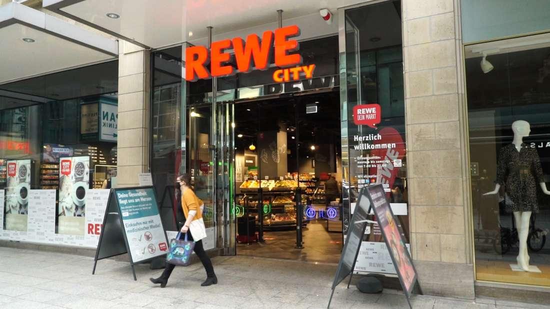 Die Rewe-Filiale in Köln inklusive Eingang an der Zeppelinstraße von Außen.