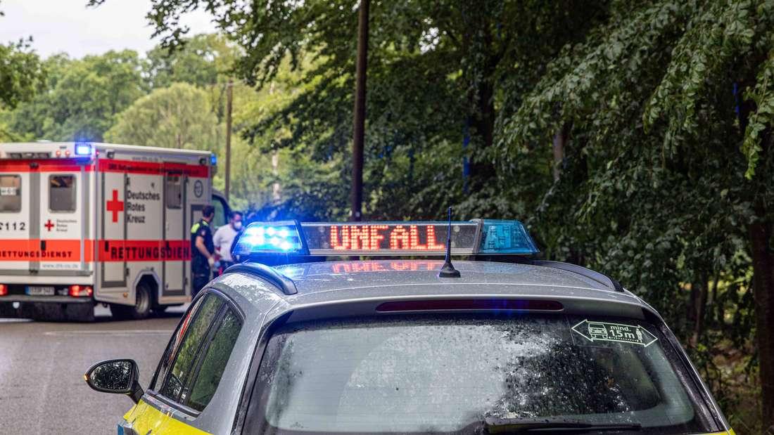 """Ein Polizeiauto und ein Rettungswagen bei einem Unfall. Auf dem Polizeiauto steht der Hinweis """"Unfall""""."""