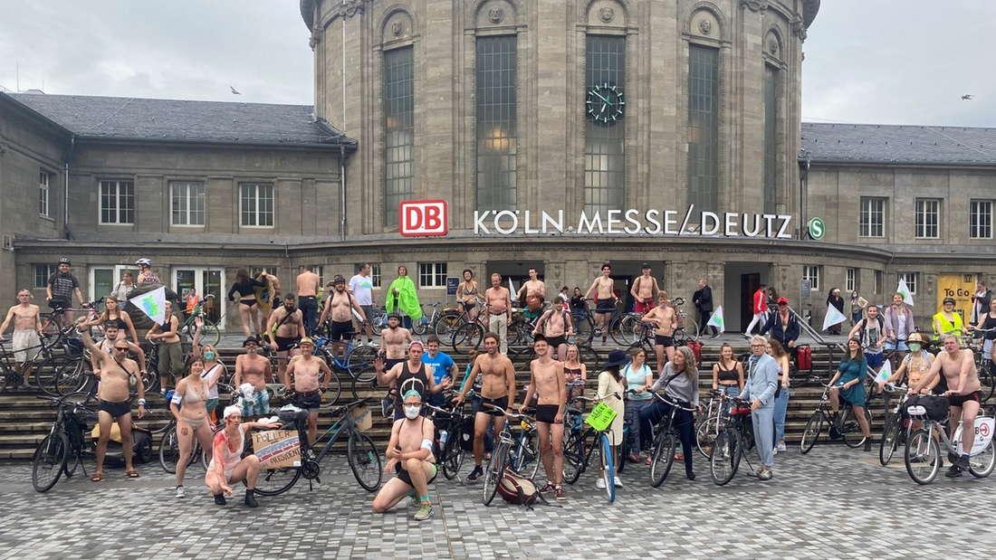 """Teilnehmerinnen und Teilnehmer des """"Naked Bike Ride Cologne"""" vor dem Bahnhof Köln Messe/Deutz."""