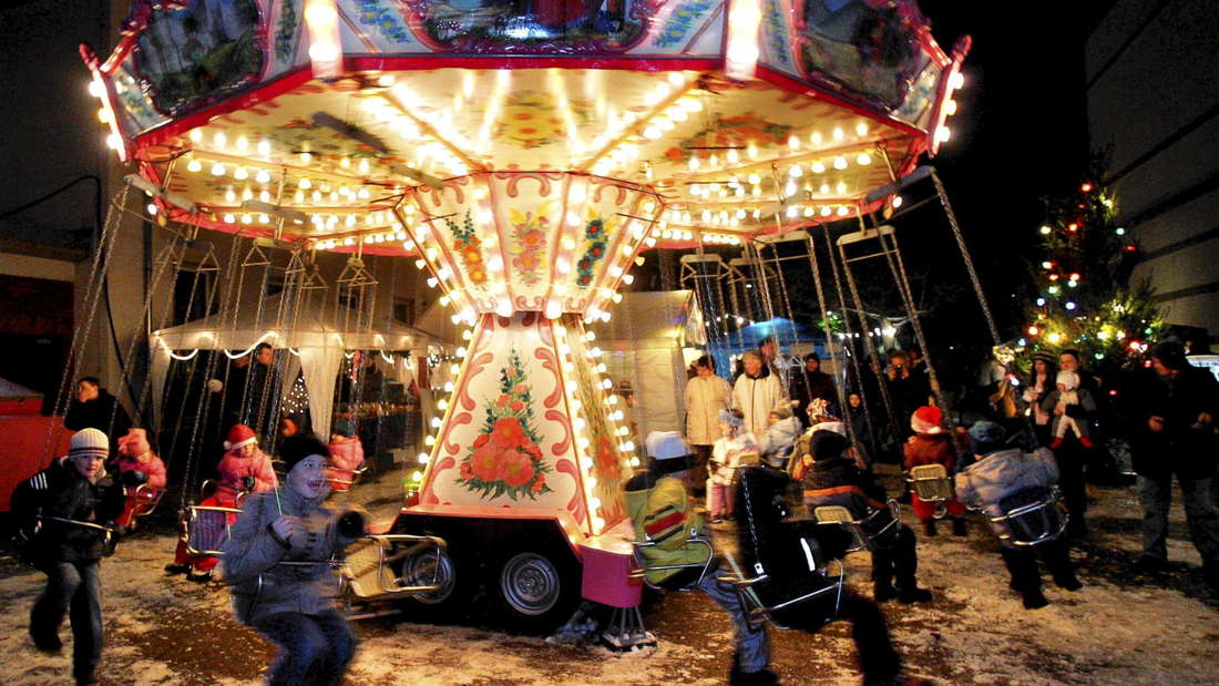 Ein Kinderkarussell erfreut die Kinder auf dem Weihnachtsmarkt - inzwischen rollt hier aber längst der schöne Sternenexpress.