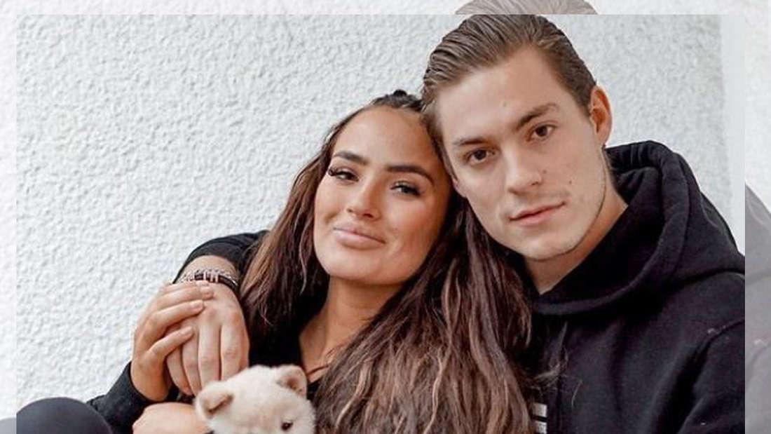 Henrik Stoltenberg und Paulina mit einem Hund auf einem Selfie.