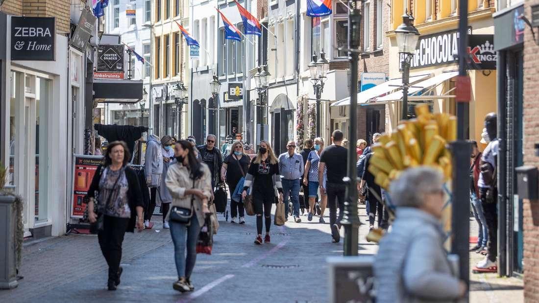 Menschen spazieren durch eine Straße in Venlo.