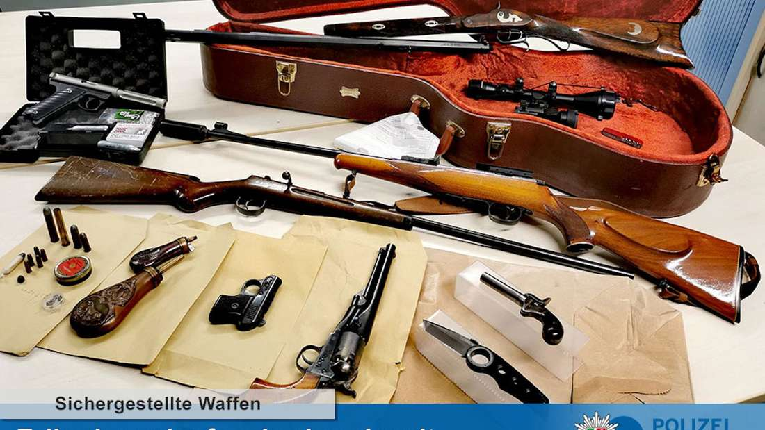 Sichergestellte Waffen nach Durchsuchung der Wohnung eines 44-Jährigen in Köln-Höhenberg