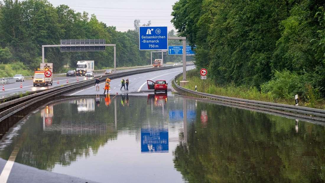 Autos stecken auf überschwemmter Autobahn bei Herne fest