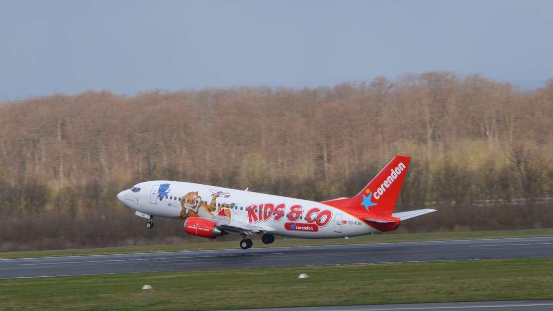 Ein Flieger der Airline Corendon Airlines im bunten Design hebt ab.