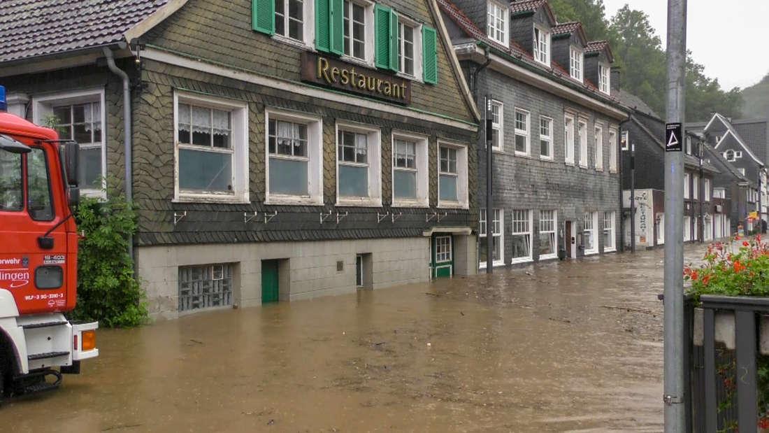 Überflutete Straße in Solingen Unterburg