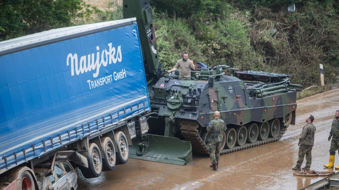 Ein Panzer der Bundeswehr versucht einen Lkw zu bergen.