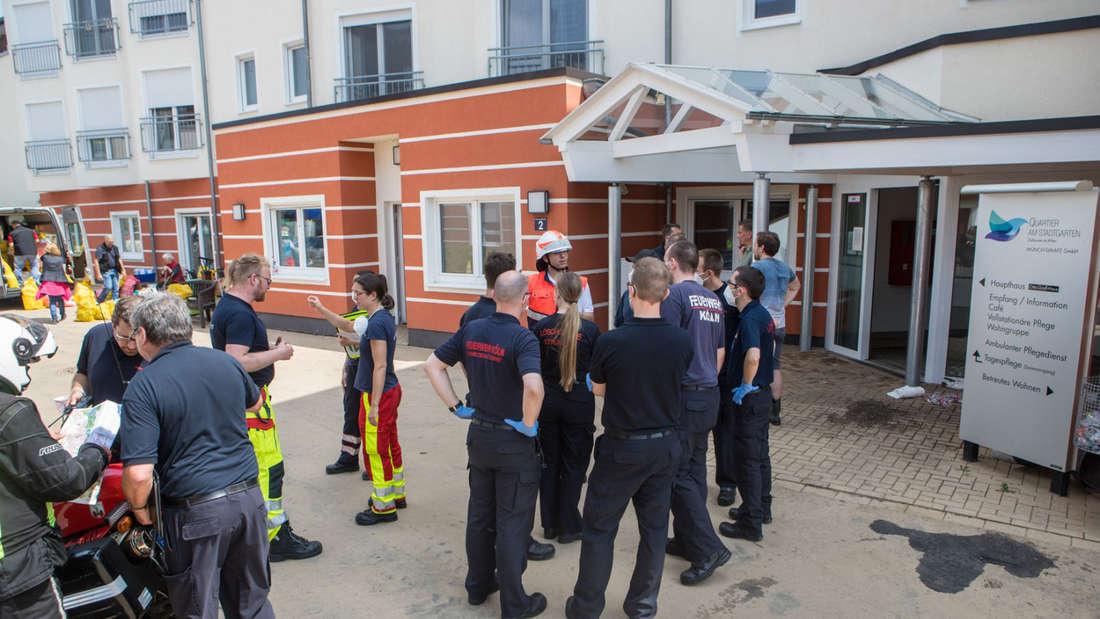 """Das Seniorenheim """"Quartier am Stadtgarten"""" in Erftstadt musste evakuiert werden."""