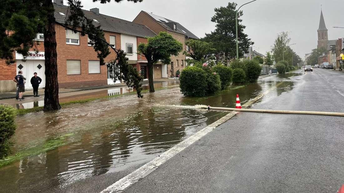 Die überflutete Schillingstraße in Düren