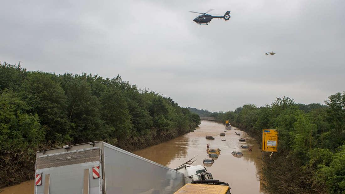 Die überschwemmte B265. Darüber kreist ein Hubschrauber.