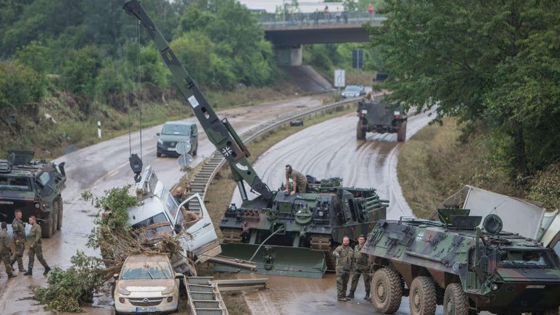 Mehrere Panzer räumen die B265.