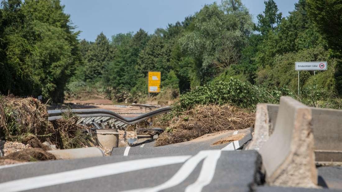 zerstörte Fahrbahn der b265 bei liblar