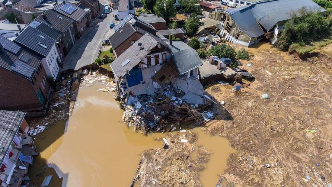 Ein eingestürztes Haus nach einem Erdrutsch in Erftstadt.