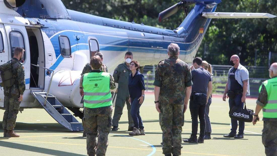 Annegret Kramp-Karrenbauer, Verteidigungsministerin, besteigt einen Hubschrauber im Rhein-Erft-Kreis.