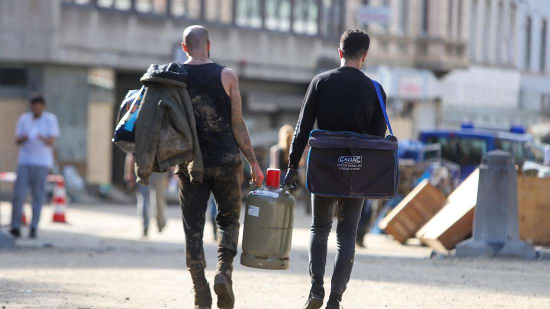 Szene aus der Stolberger Innenstadt, zwei Männer tragen eine Gasflasche