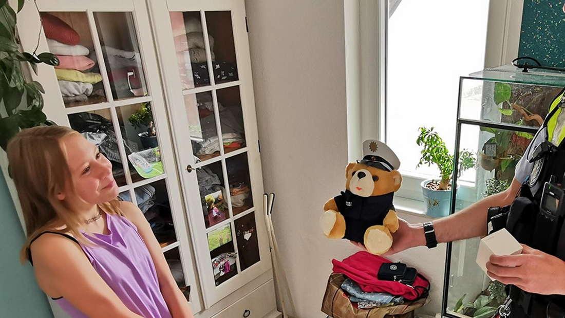 Die elfjährige Sophie aus Köln-Weidenpesch bekommt für ihre Heldentat einen Teddy und eine Bluetooth-Box von der Polizei geschenkt.