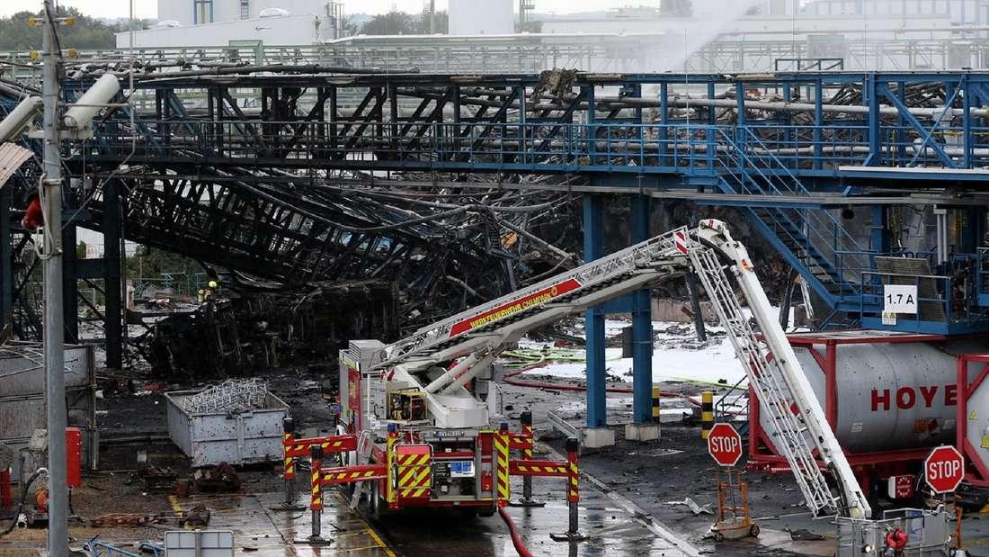 Die Feuerwehr ist nach der Explosion im Tanklager im Chempark Leverkusen im Einsatz.