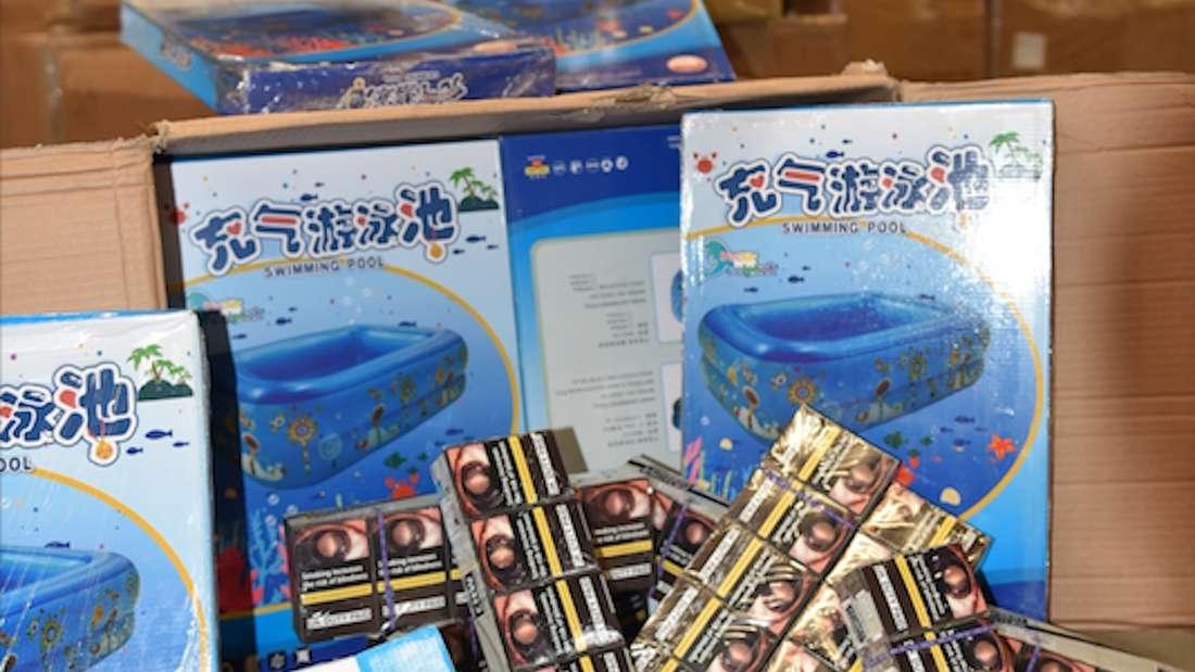 Zigaretten, die als Schmuggelware in Planschbecken-Verpackungen versteckt wurden