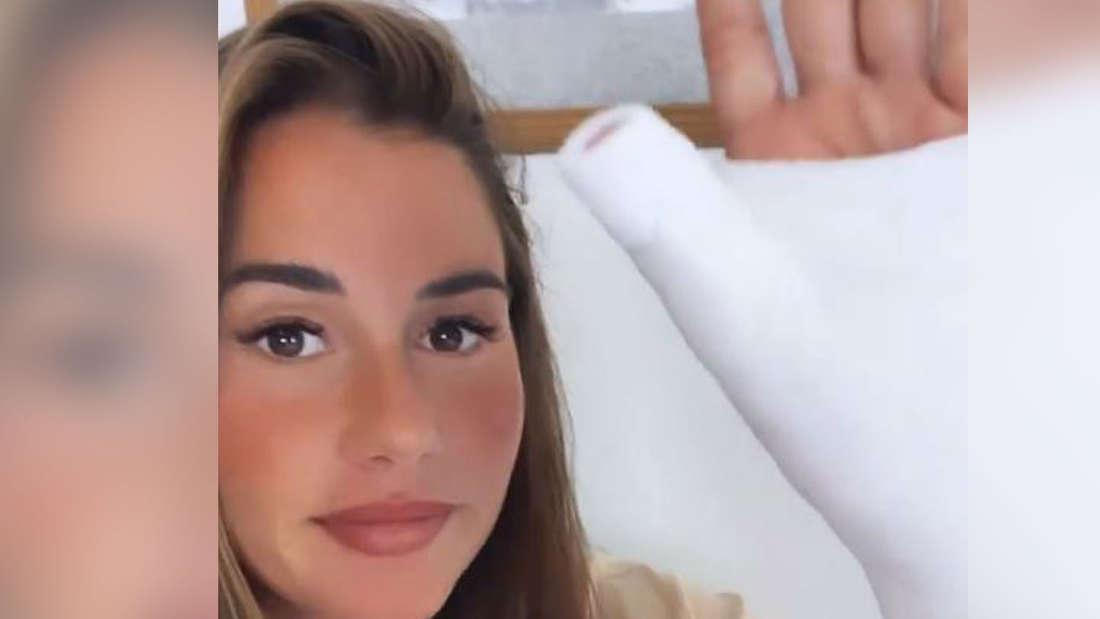 Sarah Engels zeigt ihren Gips-Arm