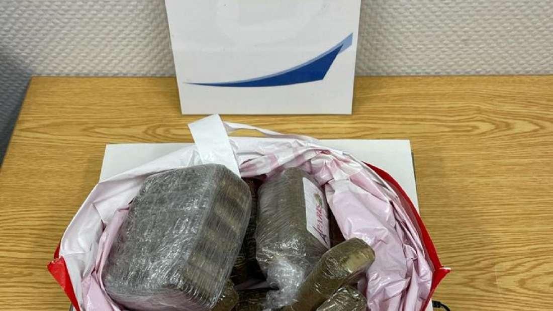 Auf einer Wage liegen mehrere Drogen in einer Tüte.