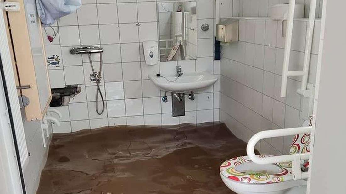Wasser steht in den Toiletten des Campingplatzes in Köln.