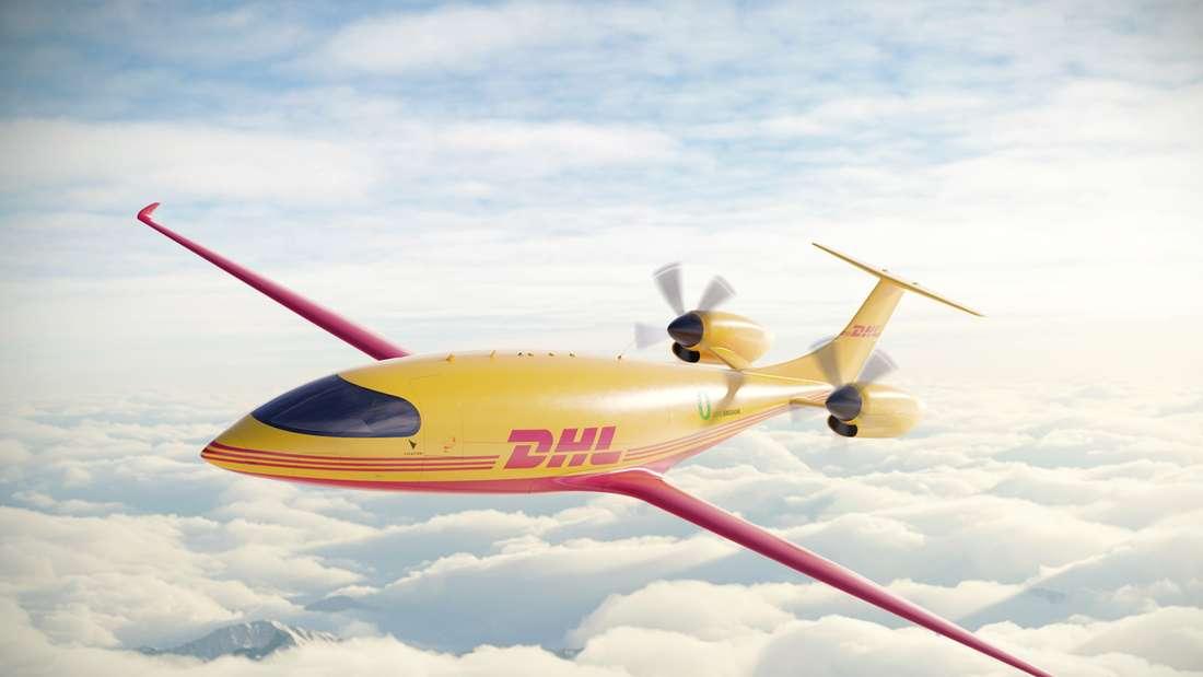 Das Elektroflugzeug Typ Alice in den Wolken mit DHL Logo.