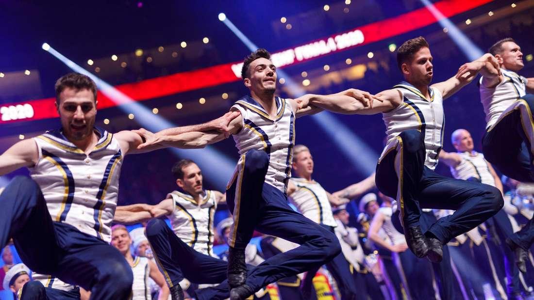 Mehere Männer im Matrosenlook tanzen auf der Bühne der Lanxessarena.