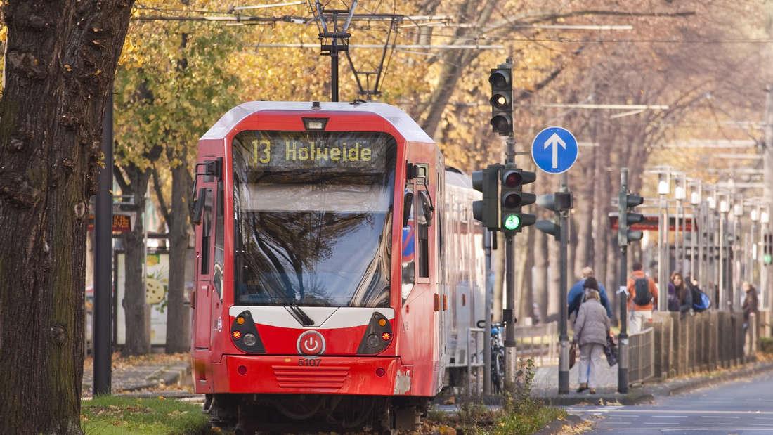 KVB-Linie 13:  Eine Hochflur-Stadtbahn Serie 5100 auf der Gürtelstrecke in Köln