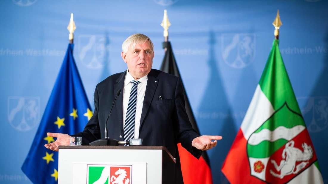Karl-Josef Laumann (CDU), nordrhein-westfälischer Gesundheitsminister, spricht auf einer Pressekonferenz.