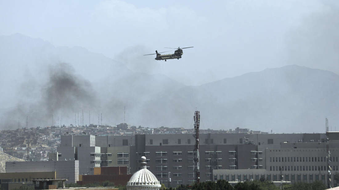Ein Hubschrauber der USA von Typ Chinook überfliegt die Stadt Kabul am Sonntag.