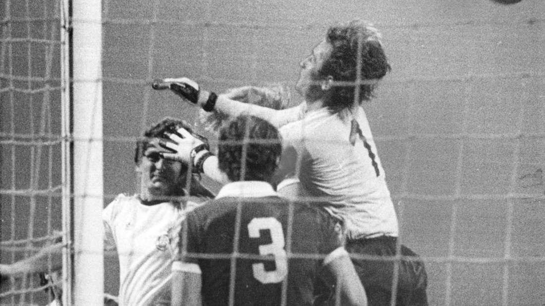 Dieter Müller (weißes Trikot, 1. FC Köln) erzielt per Kopf gegen Torwart Dieter Burdenski (SV Werder Bremen) sein erstes von sechs Toren in der Bundesliga-Partie des 1. FC Köln gegen Werder Bremen im Müngersdorfer Stadion am 17.08.1977.